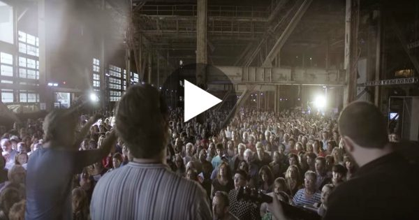 Over 1,000 People Gathered To Sing Hallelujah.. And It's Sure To Move Your Soul!