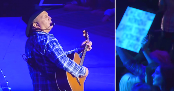 Fan Holds Sign at Garth Brooks Concert, Reads it and Immediately Walks Off Stage