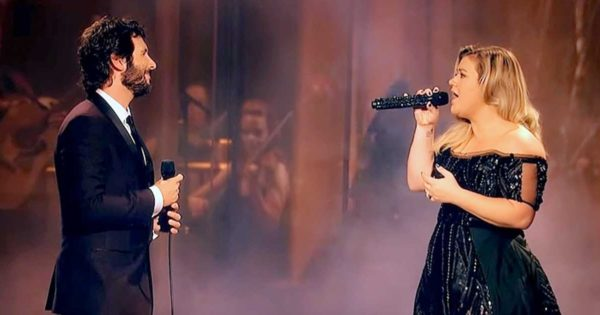 """Josh Groban Invites Kelly Clarkson to Join Him on Stage. Their Chilling Rendition of """"All I Ask"""" Stuns Crowd"""