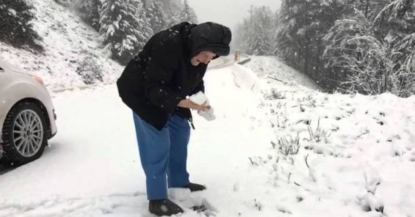 101-Yr-Old Woman Gets Out of Car to Make 1st Snowball Ever – Her Reaction is Quickly Going Viral