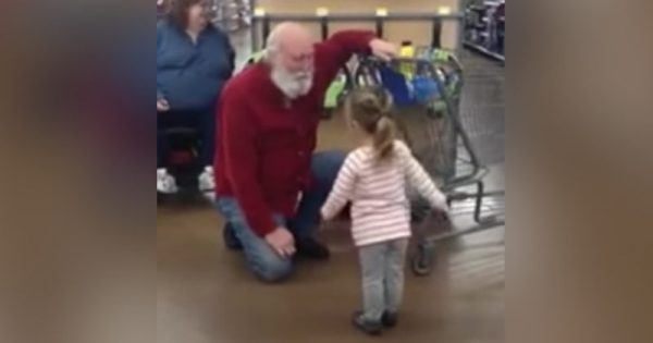 Tiny girl sees white bearded man at store and thinks he's Santa – He drops to his knee and plays along perfectly