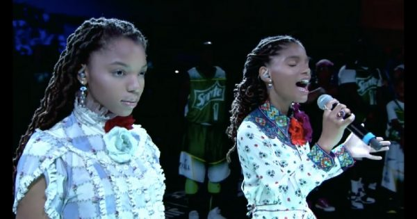 2 Sisters Take The Stage To Sing National Anthem, Now Watch When The One On The Left Opens Her Mouth