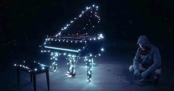Man Attaches Christmas Lights to His Piano. Starts Playing and Brings Joy To The Entire Neighborhood