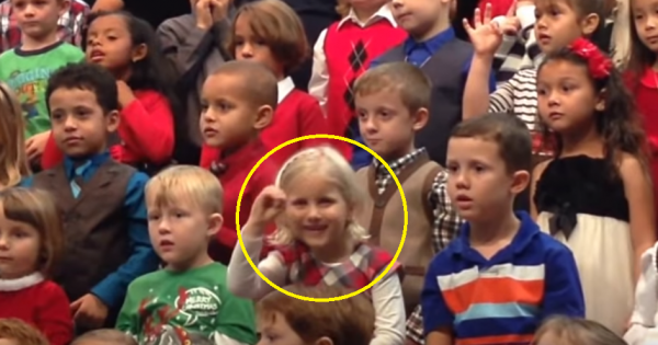 5-year-old girl starts singing at school's recital – All eyes on her when she moves her hands