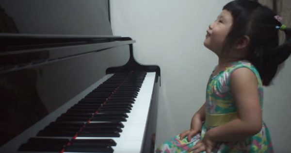 Adorable 3-year-old girl sits at piano and giggles. Within moments, she leaves whole internet spellbound