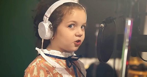 5-Year-Old Girl Walks Up To Mic, Belts Out Sinatra Classic That Takes Everyone's Breath Away