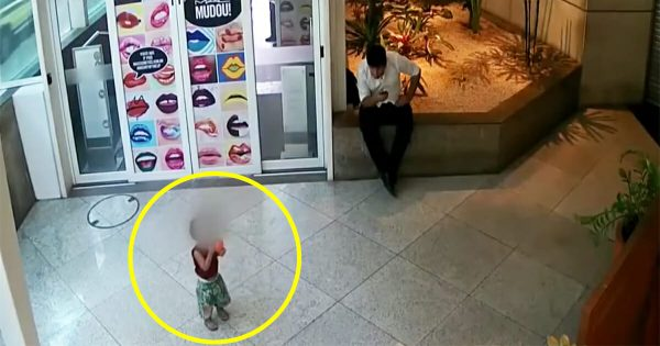 Man shocked when he sees a young boy dumped in shopping mall – realizes the danger and acts immediately