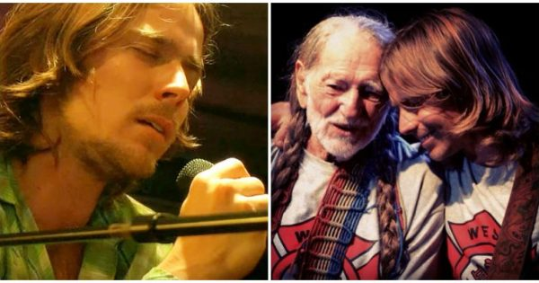 Willie Nelson's son grabs mic and sings dad's classic hit. Moments into song, everyone's covered in goosebumps