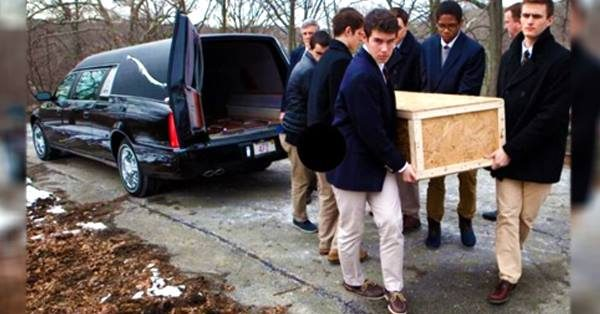 6 boys volunteer to carry lonely man's coffin – then someone says 5 words that gives everyone the chills
