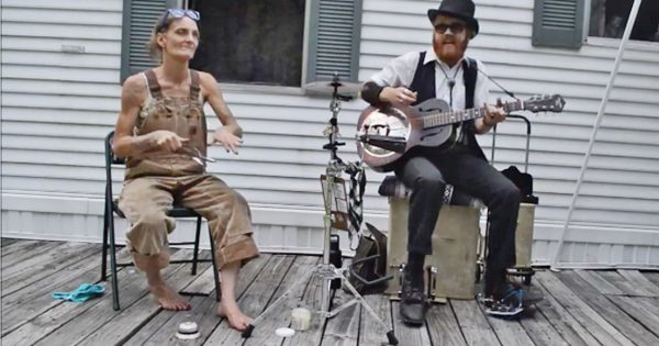 Man starts playing guitar when barefoot woman joins – their incredible performance makes everyone's jaw drop