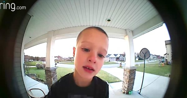 """kid calls dad over doorbell for """"Emergency"""", only to have dad and internet rolling with laughter"""
