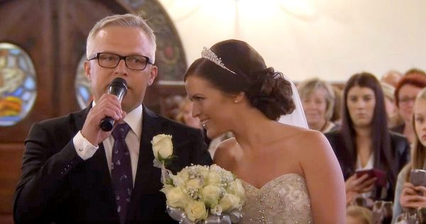 "Bride sings ""You Raise Me Up"" but when dad changes the lyrics, no one could hold back tears"