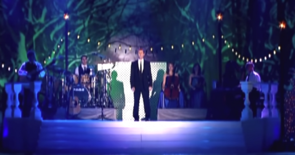 Man stands alone to sing 'Hallelujah', but shivers run down spines moment stage fills up