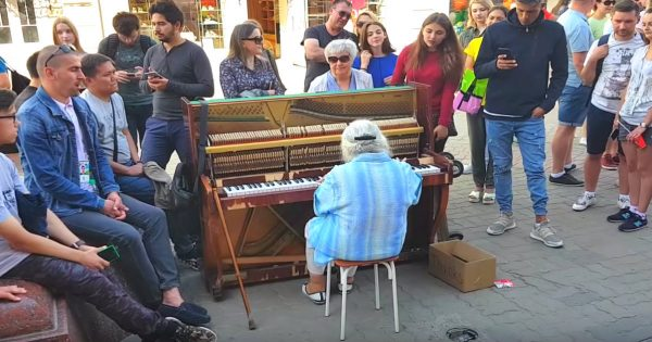 Elderly woman sits in piano in crowded street – Leaves everyone speechless with incredible performance