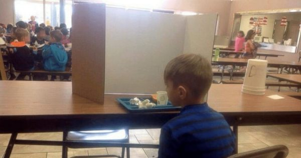 6-year-old boy forced to eat lunch behind a screen because his parents dropped him off 1 minute late