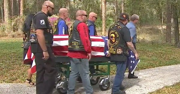 Marine veteran dies alone with no family by his side until group of bikers show up and carry his casket for tribute